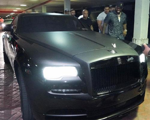 50 Cent xuất hiện cùng đồ chơi mới - một chiếc Phantom độ màu đen tuyền, cũng là món quà anh tự tặng mình dịp sinh nhật. Ảnh: Alex Mora.