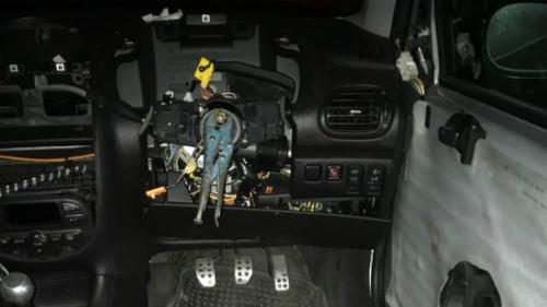 Ở vị trí của ghế lái là một chiếc xô móp, trong khi một chiếc kìm nằm ở chỗ vốn là vô-lăng. Ảnh:NSroadspolicing.