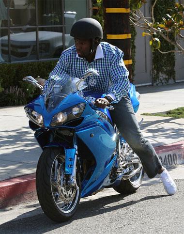 Chiếc Yamaha của rapper cũng có màu xanh bóng giống một số xe siêu sang, siêu xe trong bộ sưu tập. Ảnh:FameFlynet Pictures.