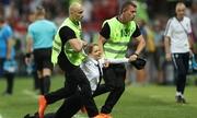 Nhóm nhạc Nga sắp xếp 4 người chạy vào sân trận chung kết World Cup