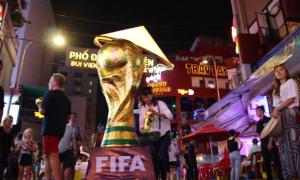 Cúp vàng World Cup khổng lồ khuấy động phố Tây Sài Gòn
