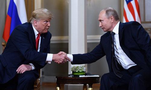 Tổng thống Mỹ Donald Trump và người đồng cấp Nga Vladimir Putin bắt tay trước thềm cuộc gặp thượng đỉnh hôm nay tại Helsinki, Phần Lan. Ảnh: AFP.