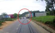 Tránh xe ba gác, container phanh trượt dài rá»i lao thẳng lên nhà dân