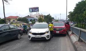Cửa ngõ bến xe Miền Đông tê liệt do hai tai nạn giao thông