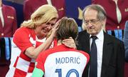 Tổng thống Croatia được khen 'đẳng cấp' khi lau nước mắt cho cầu thủ