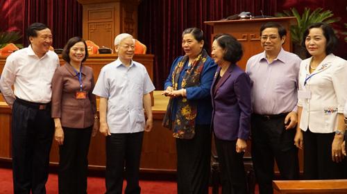 Tổng bí thư Nguyễn Phú Trọng trò chuyện cùng các đại biểu tham dự hội nghị. Ảnh: L.H.