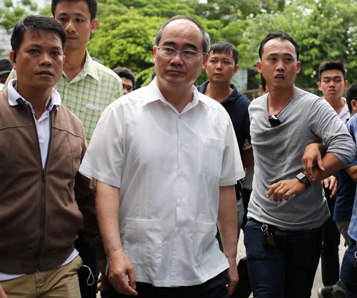Bí thư Thành ủy Nguyễn Thiện Nhân (áo trắng) đến thăm nơi ở mới của người Thủ Thiêm. Ảnh: Thành Nguyễn.