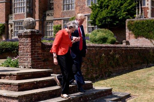Tổng thống Mỹ Donald Trump cầm tay Thủ tướng Anh Theresa May khi cuộc họp báo chung ởChequers hôm 13/7. Ảnh: AFP.