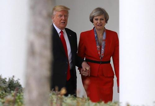 Trump cầm tay Thủ tướng Anh tại Nhà Trắng khi bà có chuyến thăm Washington năm ngoái. Ảnh: AFP.