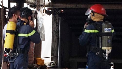 Cảnh sát cứu hỏa xử lý khu vực rò rỉ khí gas. Ảnh: Nguyệt Triều.