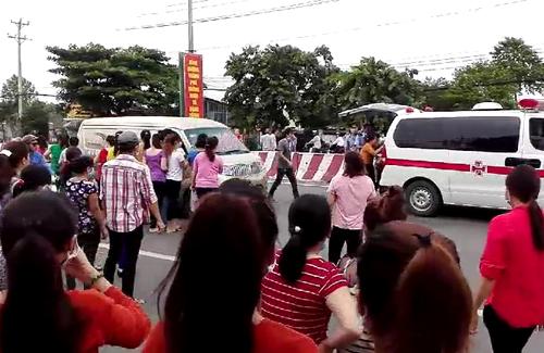 Các công nhân bị ngất vì hít khí gas được chuyển đi cấp cứu. Ảnh: Nguyệt Triều.