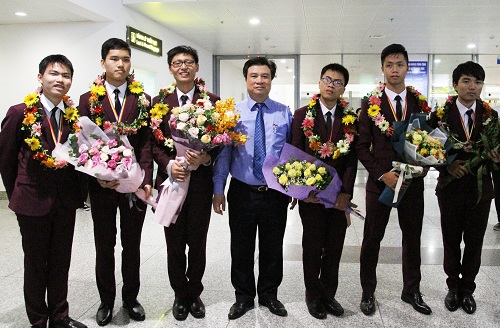 Thứ trưởng Nguyễn Hữu Độ và 6 thí sinh dự thi Olympic Toán học quốc tế 2018. Ảnh: Thùy Linh