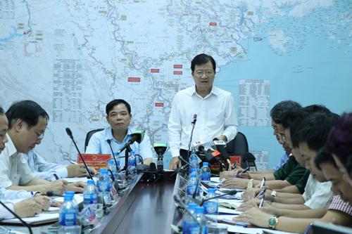 Phó thủ tướng Trịnh Đình Dũng họp khẩn với Ban chỉ đạo trung ương phòng chống thiên tại chiều 16/7. Ảnh: Võ Hải.