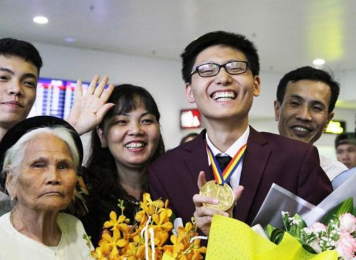 Nguyễn Quang Bin được gia đình đón ở sân bay Nội Bài tối 15/7. Ảnh: Thùy Linh