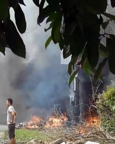 Sau khi phát nổ, trụ điện cháy ngùn ngụt. Ảnh: Cắt từ clip