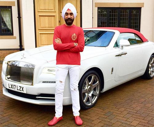 Tỉ phú Ấn Độ với một chiếc Rolls-Royce trắng cùng màu khăn xếp. Ảnh: Twitter.
