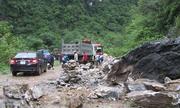Hơn 30 m3 đá chắn ngang quốc lộ ở Nghệ An