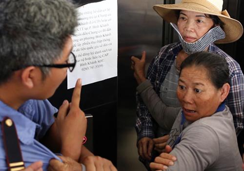 Người dân muốn gặp ông Nguyễn Thiện Nhân nhưng bị giữ lại. Ảnh: Thành Nguyễn.