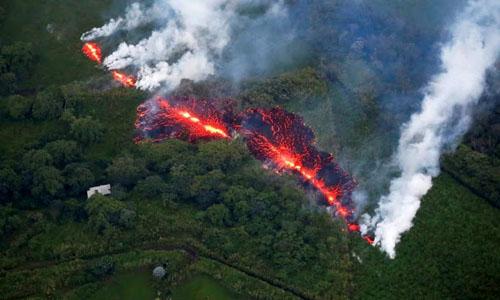 Dòng dung nham chảy gần khu vựcnúi lửa Kilauea ở Đảo Lớn, Hawaii hồi tháng 5. Ảnh: Reuters.