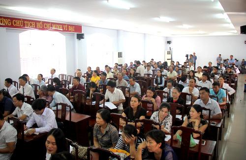 Hàng trăm nạn nhân và người có quyền lợi liên quan tham dự tòa. Ảnh: Nguyễn Khoa