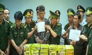 Ba người nước ngoài dùng ôtô chở 52 bánh heroin, 25 kg ma túy đá
