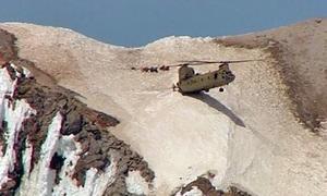 Trực thăng quân sự Mỹ neo mình trên vách núi cứu người mắc kẹt
