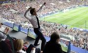 Ảnh Tổng thống Pháp ăn mừng ở World Cup gây sốt