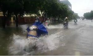 Mưa lớn, nhiều tuyến đường ở thành phố Vinh ngập nặng