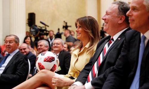 Đệ nhất phu nhân Mỹ Melania Trump mỉm cười cầm quả bóng trong cuộc họp báo tại Helsinki, Phần Lan hôm 16/7. Ảnh: Reuters.