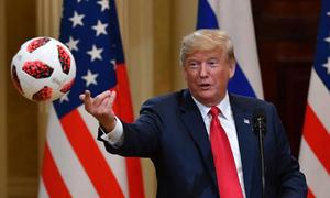 Trump tung cho vợ quả bóng World Cup được Putin tặng