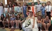 Cô giáo Mỹ mời 80 học sinh tiểu học dự lễ cưới