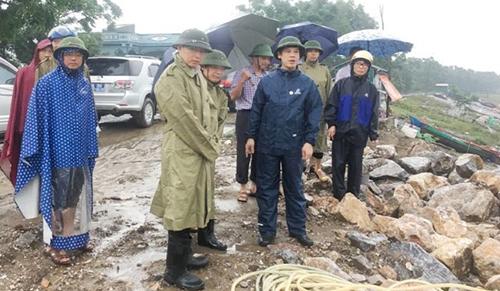 Chủ tịch UBND tỉnh Thanh Hoá Nguyễn Đình Xừng (áo mưa đen hàng trên) kiểm tra công tác phòng chống bão Sơn Tinh. Ảnh: L.S.