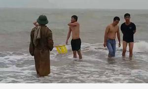 Bất chấp lệnh cấm, du khách vẫn tắm biển trước giờ bão đổ bộ
