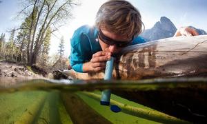 Ống hút lọc nước giúp người dùng uống trực tiếp từ sông suối