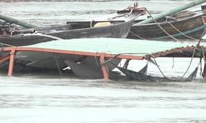 Sà lan 500 tấn chìm ở Sài Gòn, ba người nhảy sông thoát nạn