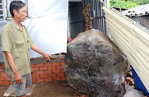 Tảng đá rơi trúng nhà ông Nguyễn Văn Dương; rất may năm người kịp chạy ra ngoài thoát thân. Ảnh: Bình An
