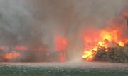 Vòi rồng lửa biến thành cột nước xoáy khi chạm mặt sông