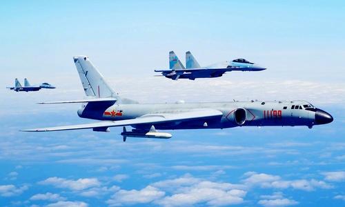 Tiêm kích Su-35S và oanh tạc cơ H-6K Trung Quốc tập trận gần Đài Loan. Ảnh:Weibo.