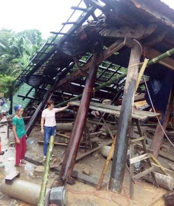 Một nhà dân ở huyện Con Cuông bị sạt lở.
