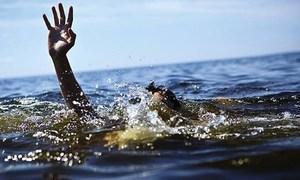 Ba thanh niên bị sóng cuốn khi tắm biển
