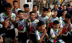 Màn tâng bóng của các cầu thủ đội bóng Lợn Hoang