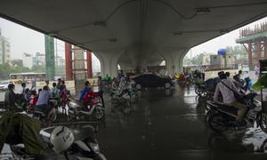'Nhiều người dàn hàng 4, hàng 5 dưới chân cầu vượt để trú mưa'