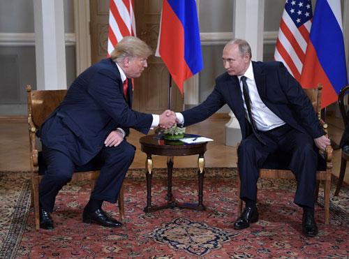 Trump (trái) bắt tay Putin trong cuộc gặp thượng đỉnh ở Helsinki. Ảnh: AFP.