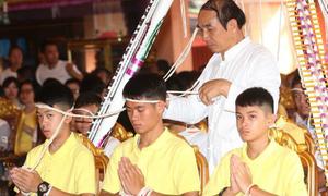 Cầu thủ nhí Thái Lan tới chùa cầu nguyện sau đêm đầu ra viện