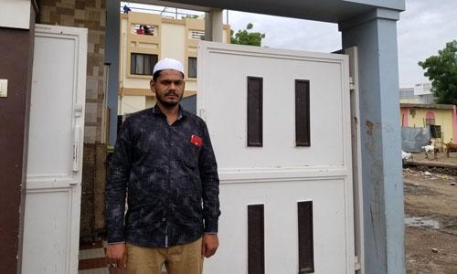 Shaikh Karim đã cứu 5 người khỏi đám đông phẫn nộ trước cửa nhà hồi đầu tháng. Ảnh: NPR.