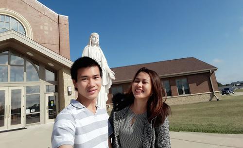 Nguyễn Minh Hiếu đangtham gia chương trình học bổng thạc sĩ công nghệ thông tin, còn vợ đi theo diện visa phụ thuộc chồng.
