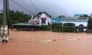 Nước lũ chia cắt nhiều địa phương miền Trung, nguy cơ mưa lớn ở Bắc Bộ