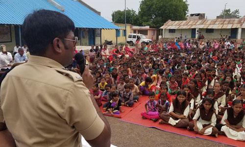 Cảnh sát Harssh Poddar cảnh báo về tin tức giả trên mạng tại một trường học gần thị trấn Malegaon, Ấn Độ. Ảnh: NPR.