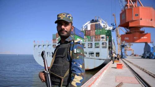 Một binh sĩ Pakistan bảo vệ tàu hàng Trung Quốc tại cảng Gwadar năm 2017. Ảnh: AFP.