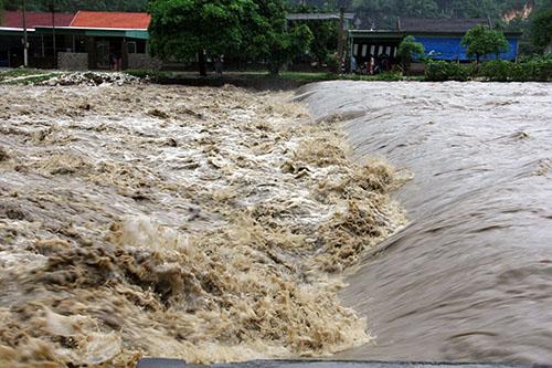 Nước lũ ở sông dâng sát meps đường giao thông tại huyện Quỳ Hợp. Ảnh: Phương Linh.